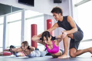 トレーニングをしている女性と男性トレーナー