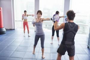 ボクササイズトレーニングをしている女性