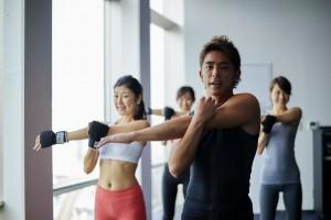 肩のストレッチしている男性トレーナーと女性