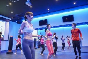 女性専用ジムで縄跳びトレーニング